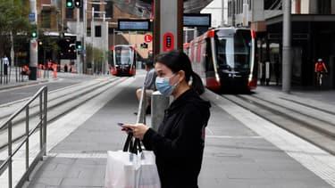 Une femme masquée, photographiée à Sydney le 25 mars 2020