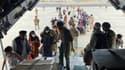 Des Afghans embarquant dans un avion à l'aéroport de Kaboul pour quitter leur pays, mi-août 2021. (PHOTO D'ILLUSTRATION)