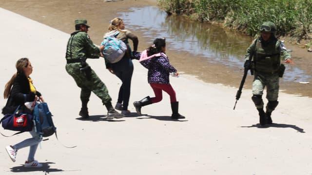 Deux femmes et une fillette arrêtées par la Garde nationale à la frontière entre le Mexique et les Etats-Unis