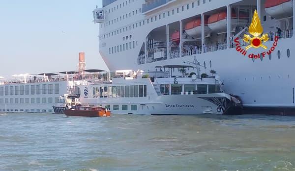 Le bateau a perdu le contrôle et a heurté un quai et une navette fluviale.