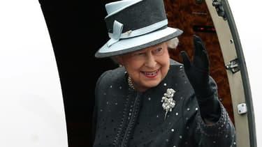 La reine Elizabeth II embarque dans un avion à l'aéroport militaire de Celle, en Basse-Saxe, le 26 juin 2015