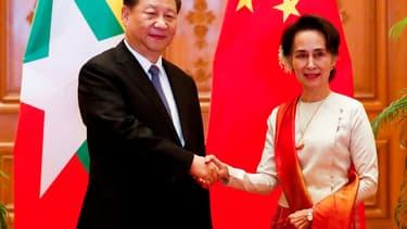 Xi Jinping serre la main de Aung San Suu Kyi, à Naypyitaw, au Myanmar, le 18 janvier 2020.