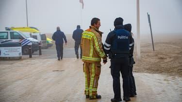 Des policiers et pompiers belges lors des recherches d'un groupe de migrants qui auraient chaviré dans la Mer du Nord, à l'ouest de la Belgique, le 21 janvier 2020