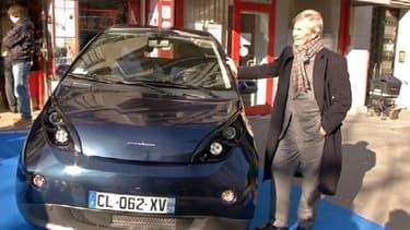 Vincent Bolloré, lors de la conférence de presse de ce 21 février, pose devant sa Bluecar désormais proposée à la vente.