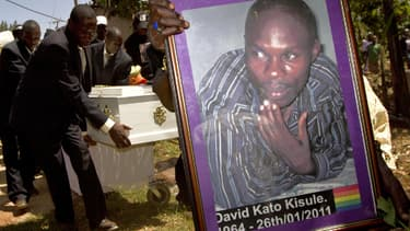 Des membres de la communauté homosexuelle ougandaise transportent une image de l'activiste gay David Kato, durant ses funérailles près de Mataba, en 2011.