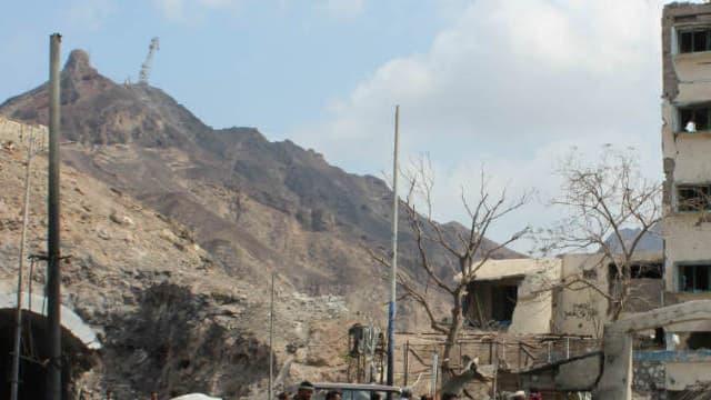 Des hommes armés à Aden près des décombres en janvier 2016, après un attentat à la bombe qui avait eu lieu à proximité de la résidence du chef de la police Shalal Shaea. - Saleh Al-Obeidi - AFP