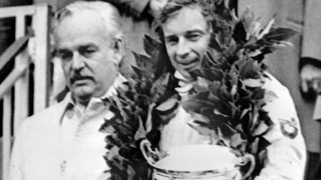 Jean-Pierre Beltoise, lors de sa victoire en Principauté, aux côtés du Prince Rainier de Monaco