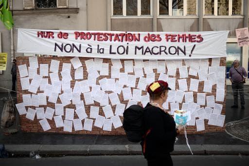 Affiche contre les mesures de la loi Macron, le 9 avril 2015 à Paris, dans le cadre d'une journée de mobilisation contre les mesures d'austérité