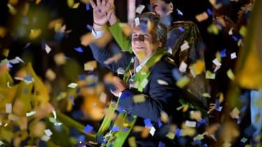 Le candidat socialiste à la présidentielle Lenin Moreno salue ses supporters, le 2 avril 2017 à Quito, en Equateur