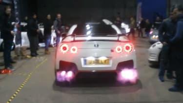 Le propriétaire de cette Nissan GT-R lui a ajouté des échappements lance-flammes.