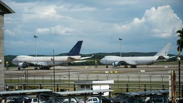 Deux des trois Boeing 747 stationnés sur le tarmac de l'aéroport de Kuala Lumpur le 8 décembre.
