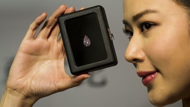 Le diamant en forme de poire était estimé entre 100 et 120 millions de dollars de Hong Kong.