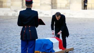 Emmanuel Macron dépose un crayon sur le cercueil de Jean d'Ormesson, aux Invalides, le 8 décembre 2017.