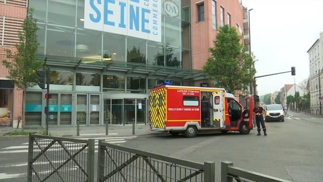 Un camion de pompier devant le centre commercial d'Argenteuil où un enfant est mort dans un accident d'ascenseur vendredi