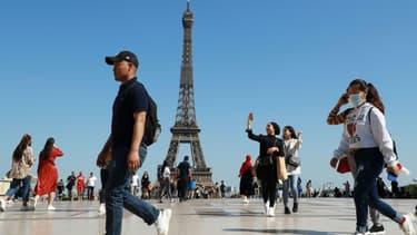 Des promeneurs sur le parvis du Trocadéro, devant la Tour Eiffel, le 22 juin 2020 à Paris