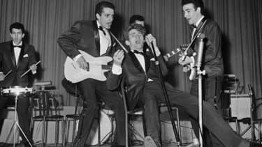 """Le groupe de rock """"Les Chaussettes noires"""" et son chanteur Eddy Mitchell, à Paris dans les années 1960"""