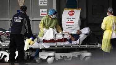 Patient atteint du Covid-19 pris en charge dans un hôpital de New York (illustration)