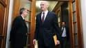 Le Premier ministre grec George Papandréou à son arrivée au Parlement, mercredi, pour une réunion ministérielle consacrée au référendum sur le plan d'aide européen à son pays. Après sept heures de discussion, il a obtenu - officiellement du moins - le sou