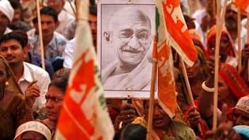 """Un portrait du mahatma Gandhi brandi dans une manifestation dans l'ouest de l'Inde. Une biographie laissant penser que le """"Père de la nation"""" indienne était bisexuel provoque la fureur des autorités qui pourraient amender la loi sur l'honneur national pou"""