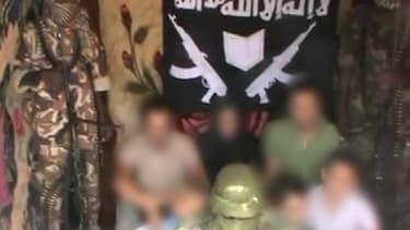 Capture de la vidéo postée sur Internet lundi 26 février par le groupe Boko Haram, qui pourrait montrer les sept otages français enlevés au Cameroun.
