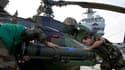 Préparation d'un hélicoptère d'attaque sur le pont du navire français Tonnerre, croisant en Méditerranée. Des hélicoptères d'attaque français et britanniques sont pour la première fois entrés en action vendredi soir contre l'armée libyenne, accentuant la