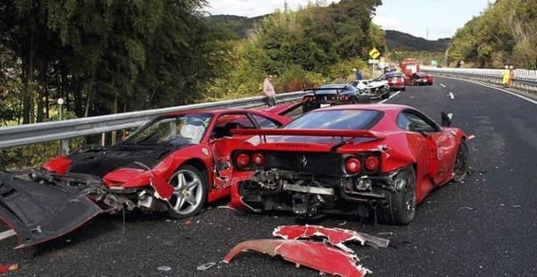 Une rencontre au sommet entre deux Ferrari bien rouges comme il faut.