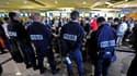 Des policiers surveillent des passagers empêcher d'embarquer à bord d'un avion d'une compagnie hongroise à destination d'Israël, à l'aéroport Charles-de-Gaulle de Roissy. Environ 200 militants pro-palestiniens n'ont pas été autorisés à monter à bord d'avi