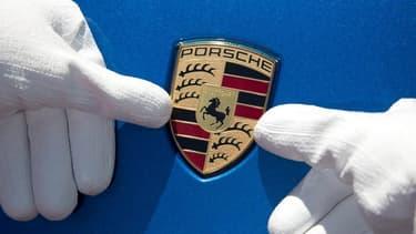 Alors que sa maison-mère Volkswagen est engluée dans le scandale des moteurs diesel truqués, Porsche a réalisé une excellente année 2015 et récompensé en conséquence.