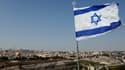 Un drapeau israélien flotte sur Jérusalem.