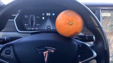 Un Américain a publié cette vidéo dans laquelle il montre comment il a pu berner l'Autopilot de sa Tesla, en remplacant sa main sur le volant par une simple orange.
