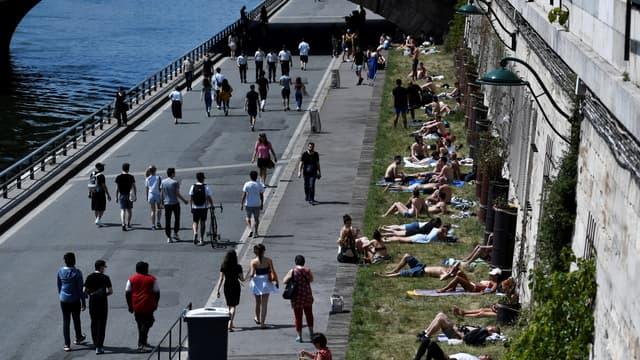 Les Parisiens profitent du temps estival, ce jeudi.