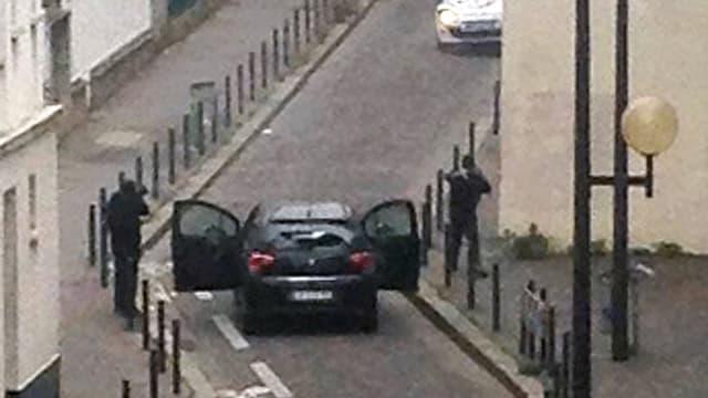 Les auteurs de l'attaque contre Charlie Hebdo à Paris, armés de kalachnikov, le 7 janvier 2015.