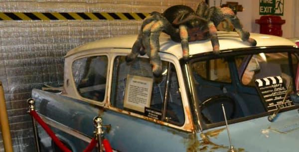 L'une des voitures utilisées pendant le tournage, exposée dans les studios qui ont produit Harry Potter.