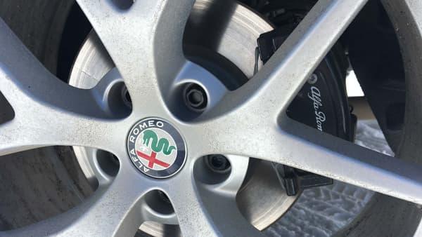 Alfa Romeo a souvent cherché à imiter les codes du premium allemand côté design. Pas de panique, ce Stelvio est bel et bien une véritable Alfa.