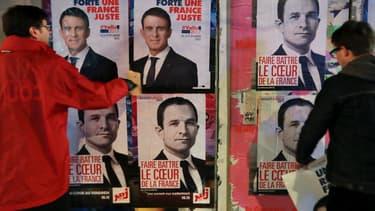 Les supporters des deux hommes placardent des affiches de campagne.