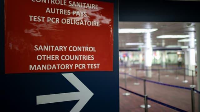Une affiche pour indiquer aux voyageurs les contrôles sanitaires à  leur arrivée à Roissy Charles de Gaulle, le 25 avril 2021