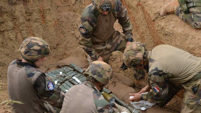 Le 4 décembre 2014, à Bangui, des soldats français de l'opération Sangaris allongent des explosifs avant de les détruire. (Photo d'illustration)