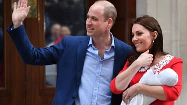 Le prince William, Kate Middleton et le prince Louis devant la maternité, le 23 avril 2018