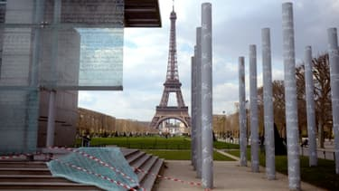 """Un panneau du """"Mur de la paix"""" endommagé et tombé à terre"""
