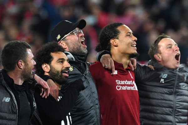 Jürgen Klopp (casquette), coach à la personnalité parfaite pour Liverpool, entouré de Mohamed Salah et Virgil van Dijk