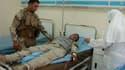 Dans un hôpital de Bagdad, un militaire blessé lors d'un attentat suicide contre un bureau de recrutement de l'armée irakienne reçoit des soins. L'attaque, la plus sanglante dans la capitale irakienne depuis un mois, a fait au moins 39 morts et 57 blessés
