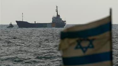 """Les 19 passagers et membres d'équipage du """"Rachel-Corrie"""" (ici à l'approche du port israélien d'Ashdod), le cargo qui tentait de forcer le blocus de Gaza, ont accepté d'être expulsés d'Israël et le gouvernement israélien a annoncé qu'ils partiraient ce di"""