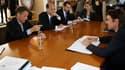 Le ministre français des Finances François Baroin (à droite) discute avec le secrétaire américain au Trésor Timothy Geithner (à gauche), à Marseille. Les ministres des Finances et banquiers centraux du G7 planchent vendredi dans la cité phocéenne sur les