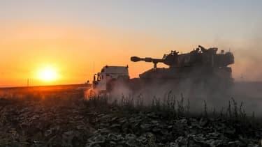 Des soldats israéliens déploient des chars et des blindés pour frapper la bande de Gaza, le 13 mai 2021 à la frontière entre l'enclave palestinienne et Israël