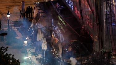 La devanture du drugstore Publicis s'est partiellement effondrée après avoir été investie par un groupe de casseurs