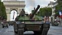 La mort de cinq soldats français en Afghanistan a marqué le traditionnel défilé militaire de la fête nationale du 14-Juillet, dédié aux 13.000 militaires français engagés dans des opérations extérieures. /Photo prise le 14 juillet 2011/REUTERS/Philippe Wo