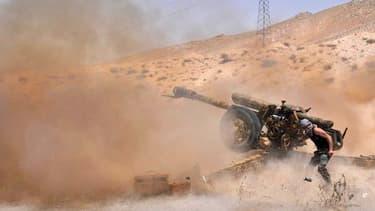 Un soldat de l'armée syrienne tire en direction des troupes de l'EI dans le nord est de Palmyre, le 17 mai 2015