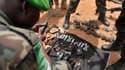 des soldats examinant des objets pris à des shebab. (Photo d'illustration)