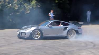 La 911 GT2 RS en train de réaliser ses premiers donuts en public