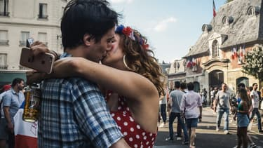 Un couple s'embrasse à Paris après la victoire de la France au Mondial 2018, le 15 juillet.
